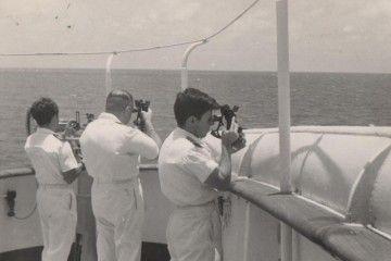 """Los oficiales de puente del buque """"Virginia de Churruca"""", tomando la meridiana"""