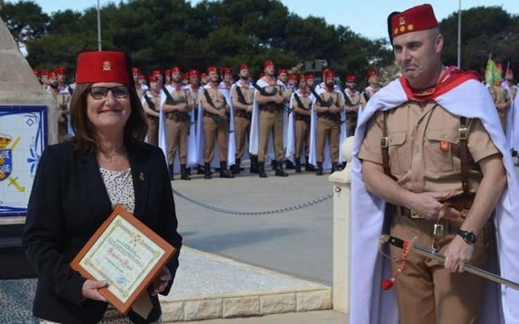La delegada de Trasmediterránea en Melilla, Pilar Rodríguez-Guerra, recibe el diploma acreditativo