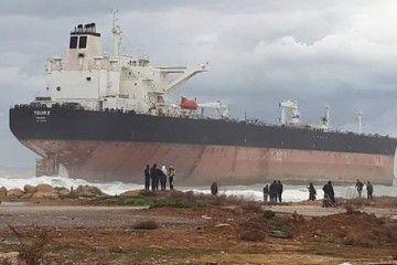 "Esta es la imagen de la varada del petrolero ""Tour 2"" en la playa de Latakia"