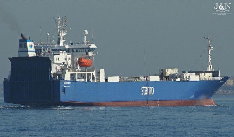 """El buque rolón """"Transporter"""" sale del puerto de Algeciras"""