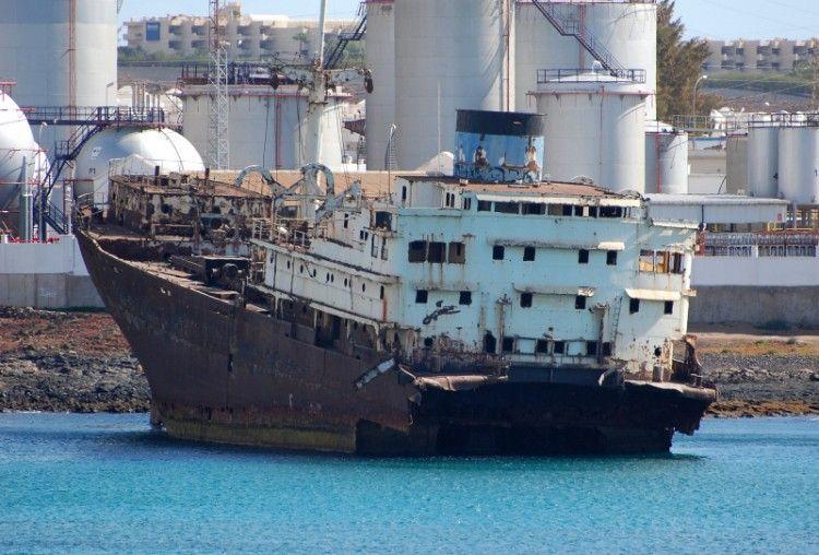 """Los restos del buque """"Telamon"""", varado en Arrecife de Lanzarote"""