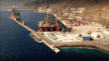 Panorámica del dique del Este. En primer término, la parcela que ocupa Tenerife Shipyards