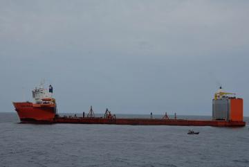 """El buque dique """"Blue Marlin"""", después de su liberación"""