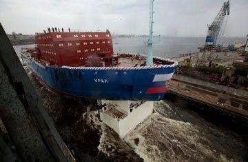 """El casco del buque rompehielos nuclear """"Ural"""", en el momento de su botadura"""