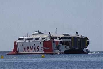 """El catamarán """"Volcán de Tirajana"""" maniobra en el puerto de Los Cristianos"""