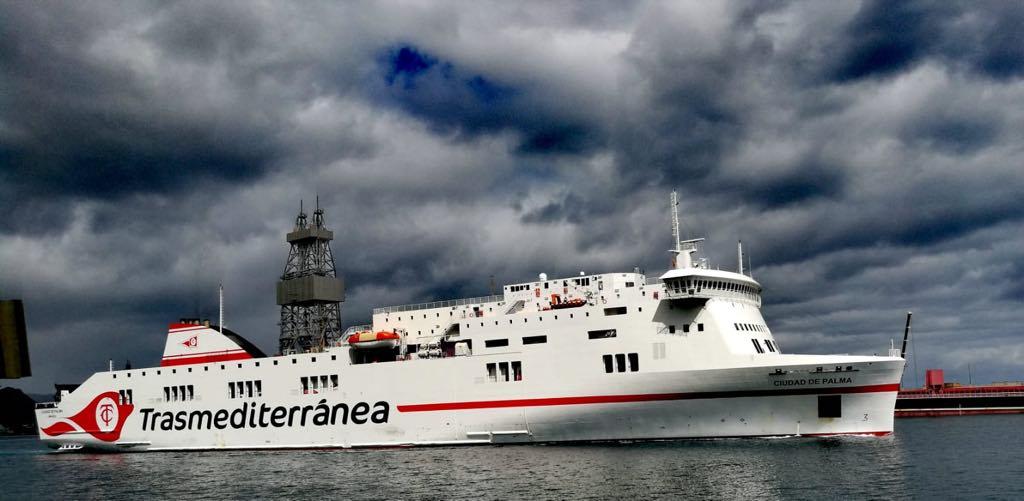 """El buque """"Ciudad de Palma"""", a su llegada a Santa Cruz de Tenerife"""