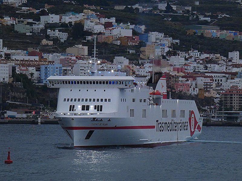 """El buque """"Ciudad de Palma"""", esta mañana a su llegada a Santa Cruz de La Palma"""