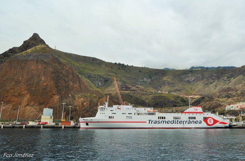 """El buque """"Ciudad de Palma"""", atracado al resguardo del risco de la Concepción"""