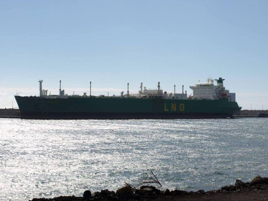 """El metanero """"LNG Lagos"""", atracado en el muelle sur del puerto tinerfeño"""