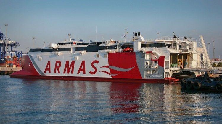 """El catamarán """"Volcán de Teno"""", atracado en el puerto de Algeciras"""