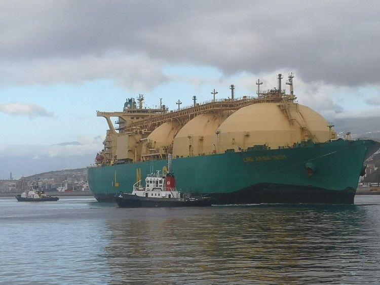 """Maniobra del buque metanero """"LNC Akwa Ibom"""" en el dique del Este"""