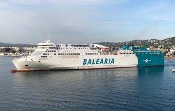 """El buque """"Abel Matutes"""" maniobra en el puerto de Ibiza"""