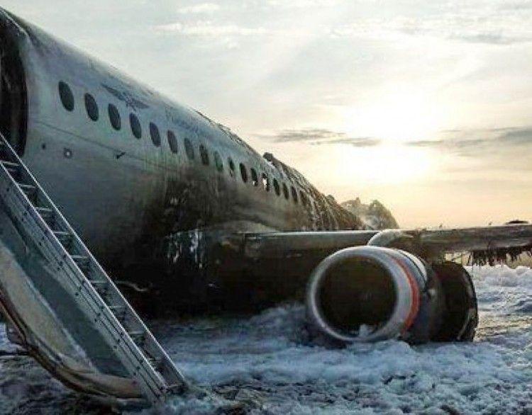 El avión SSJ-100 de Aeroflot ha resultado parcialmente destruido