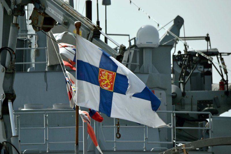 """La bandera militar de Finlandia ondea en la popa del buque """"Hämeenmaa"""""""