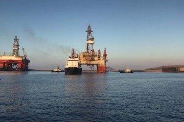 """Maniobra de salida de la plataforma """"West Taurus"""" del puerto industrial de Granadilla"""