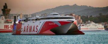 """El catamarán """"Volcán de Teno"""" maniobra en el puerto de Algeciras. Al fondo, el catamarán """"Milenium Dos"""""""