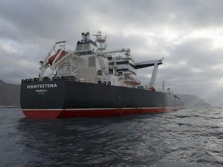 "El petrolero ""Montestena"", fondeado al resguardo de Anaga"