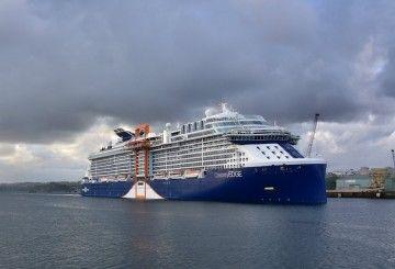 """El buque """"Celebrity Edge"""", a su llegada al puerto de A Coruña"""