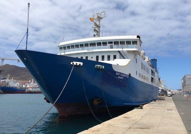 """El ferry """"San Valentín 3"""", visto por la amura de babor"""