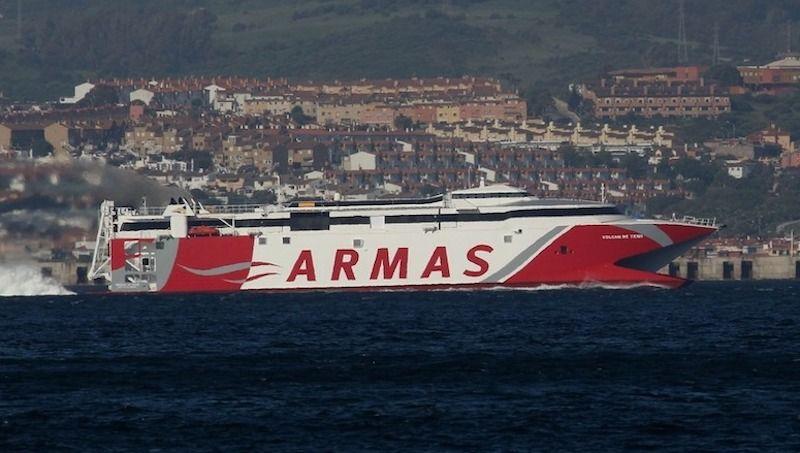 """El catamarán """"Volcán de Teno"""", en aguas de la bahía de Algeciras"""