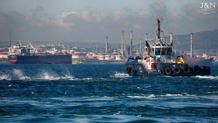 """El petrolero """"Montestena"""", de loa flota de Ibaizábal, en la bahía de Algeciras"""