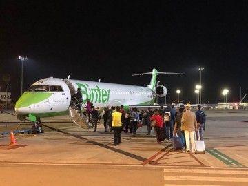 Los pasajeros embarcan en el CRJ-1000 de Binter en Palma, operado por MedOps