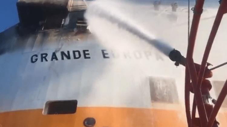 """El fuego está localizado en la zona de proa del buque """"Grande Europa"""""""