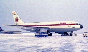 El segundo prototipo del A300 se pintó por el lado derecho con los colores de Iberia