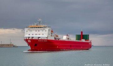 """El buque """"Volcán de Teneguía"""", a su llegada al puerto de Valencia"""