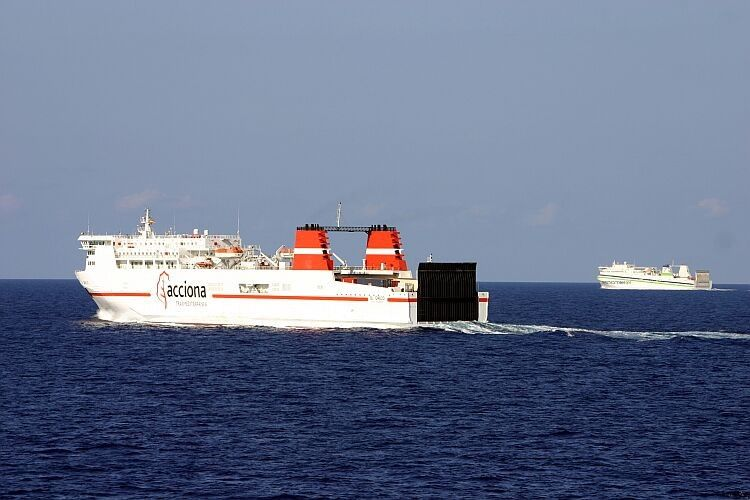 """Los buques """"El Greco"""" y """"Murillo"""", a su salida del puerto de Barcelona (2006)"""