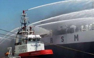 """Un remolcador del puerto de El Pireo combate el fuego a bordo del buque """"Boi Branco"""""""