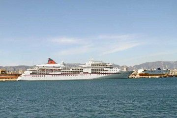 """El crucero de turismo """"Europa"""" y el rolón """"Grande Europa"""" coinciden en el puerto de Palma"""