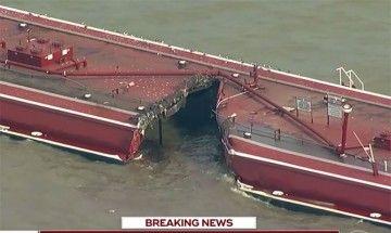 Estado de una gabarra tras el impacto del buque gasero