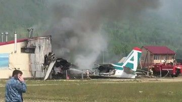 El avión Antonov Am-24 se empotró contra un edificio
