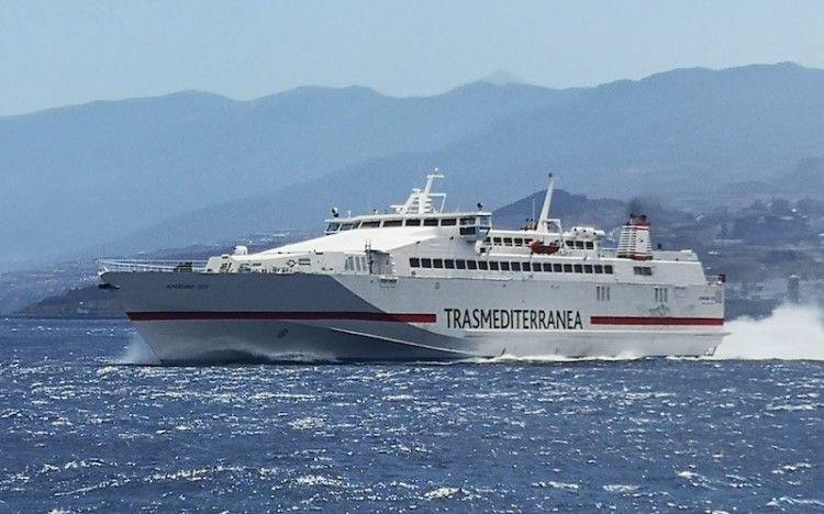 """El buque monocasco """"Almudaina Dos"""", a su salida del puerto de Santa Cruz de Tenerife"""