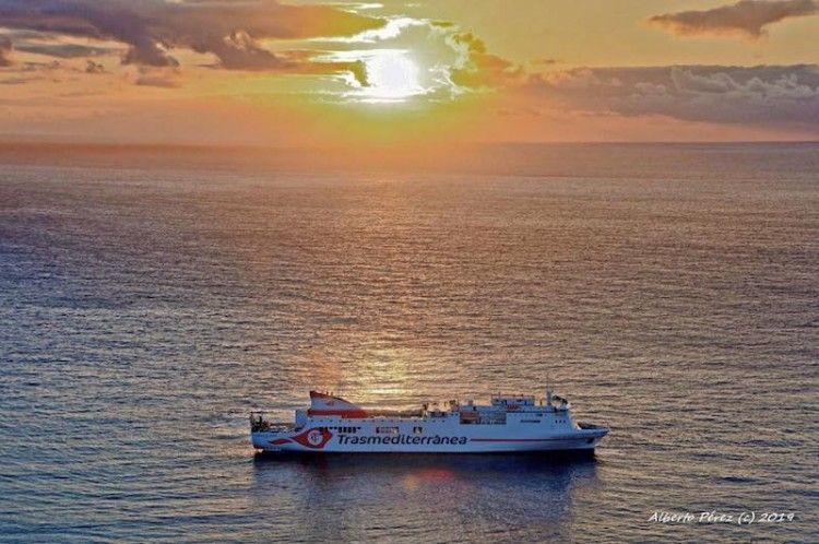"""Al alba del nuevo día, el buque """"Ciudad de Cádiz"""" arriba al puerto de Santa Cruz de La Palma"""