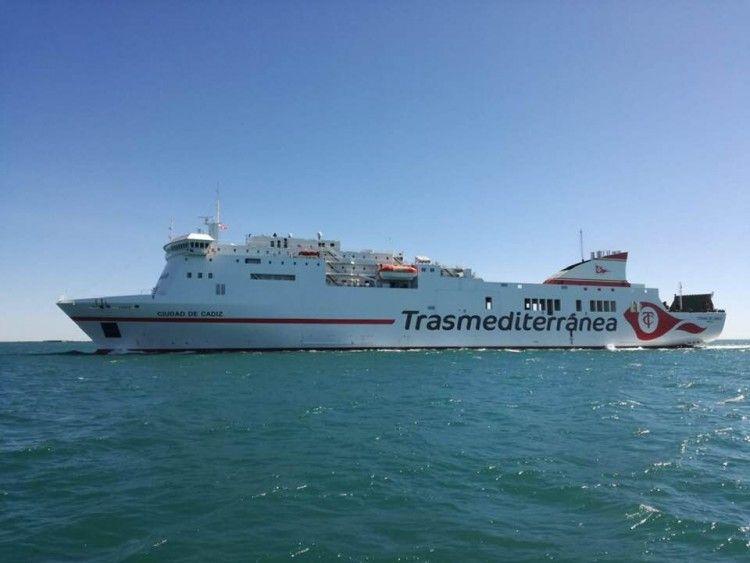 """El buque """"Ciudad de Cádiz"""", a su llegada al puerto al que homenajea con su nuevo nombre"""