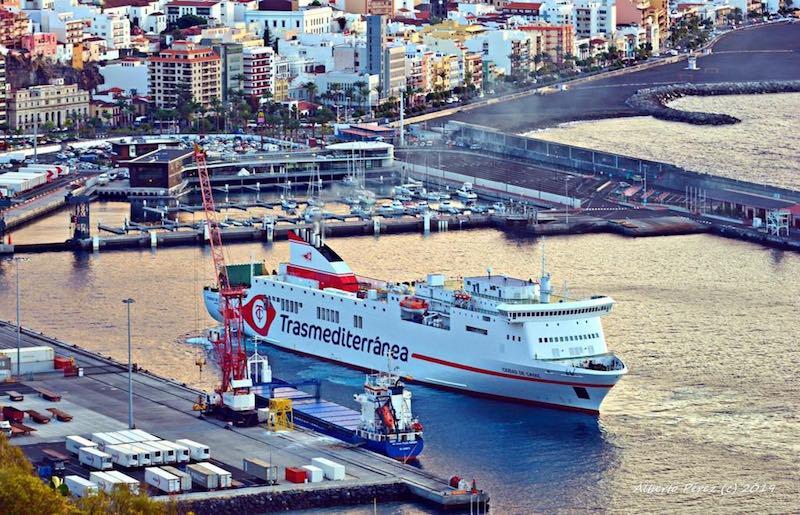 """El buque """"Ciudad de Cádiz"""" maniobra en el puerto de la capital palmera"""