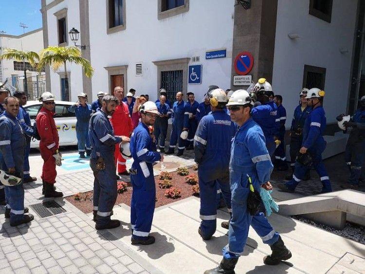 Los trabajadores de Hidramar, en su concentración ante la Autoridad Portuaria de Las Palmas
