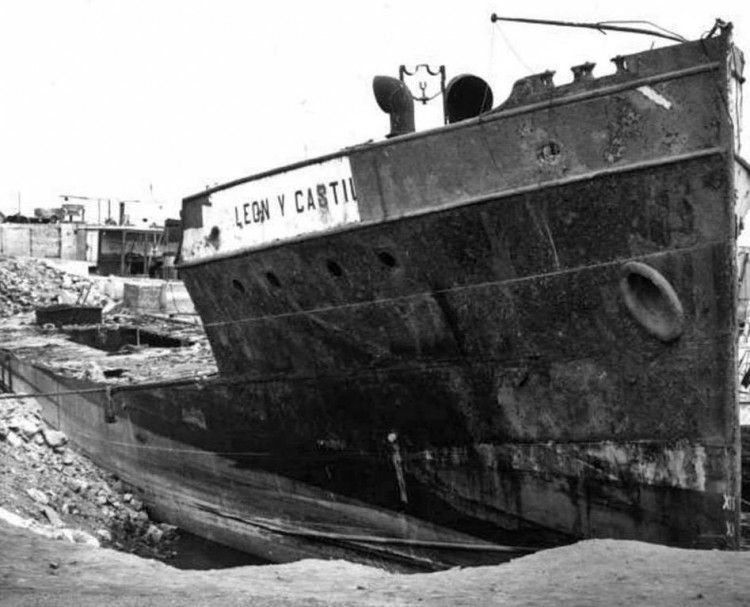 """La proa del buque """"León y Castillo"""", en el tramo final de su desguace"""