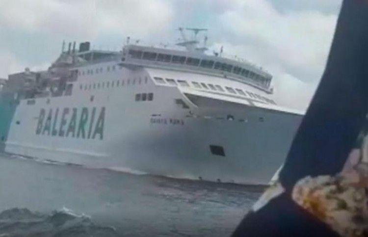 """El barco de Balearia, fotografiado desde la popa de la embarcación """"Kontiki II"""""""