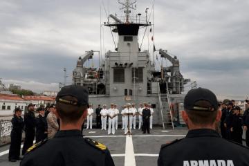 """El ALMART, en su salutación a la tripulación del patrullero """"Serviola"""""""