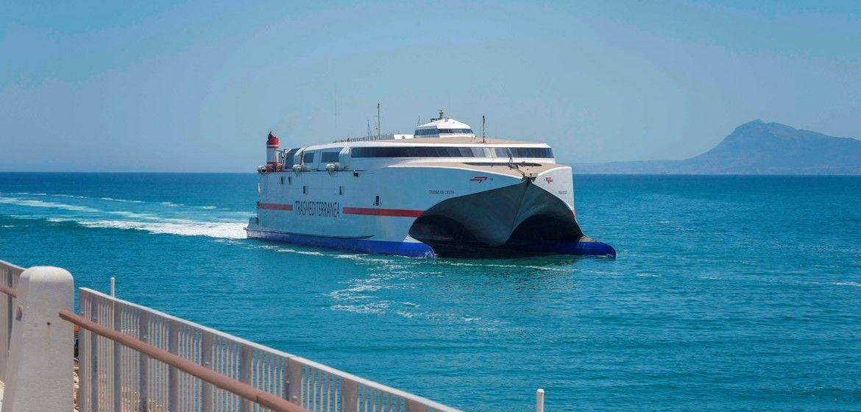 """El catamarán """"Ciudad de Ceuta"""", a su llegada a Gandia"""