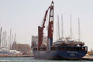 """El buque """"Zea Frontier"""", visto de popa y la catedral de Palma, al fondo"""