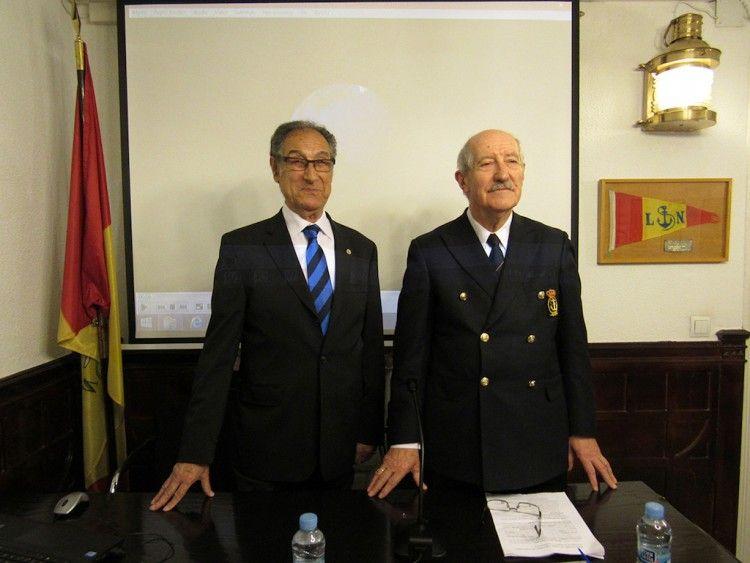 Albert Campanera i Rovira (izq.), en la presentación de uno de sus libros en la Real Liga Naval Española