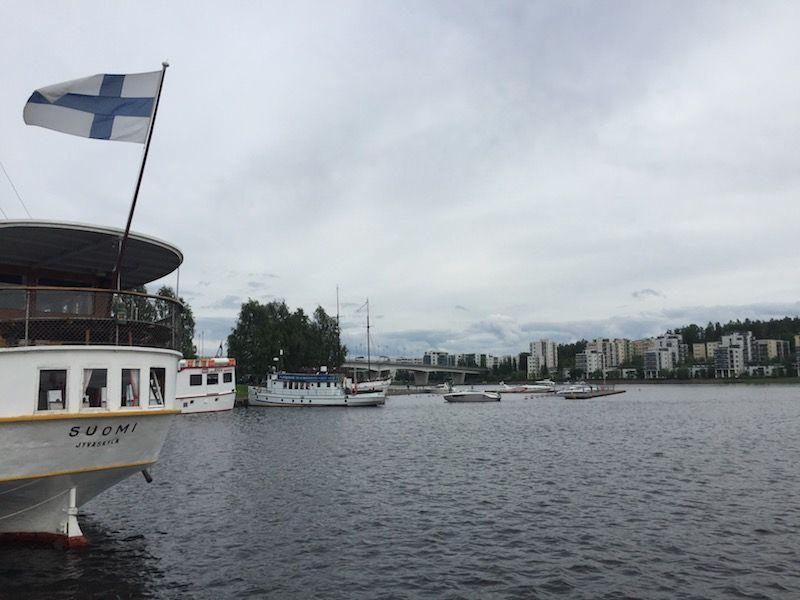 """La bandera de Finlandia ondea en la popa del buque """"Suomi"""""""