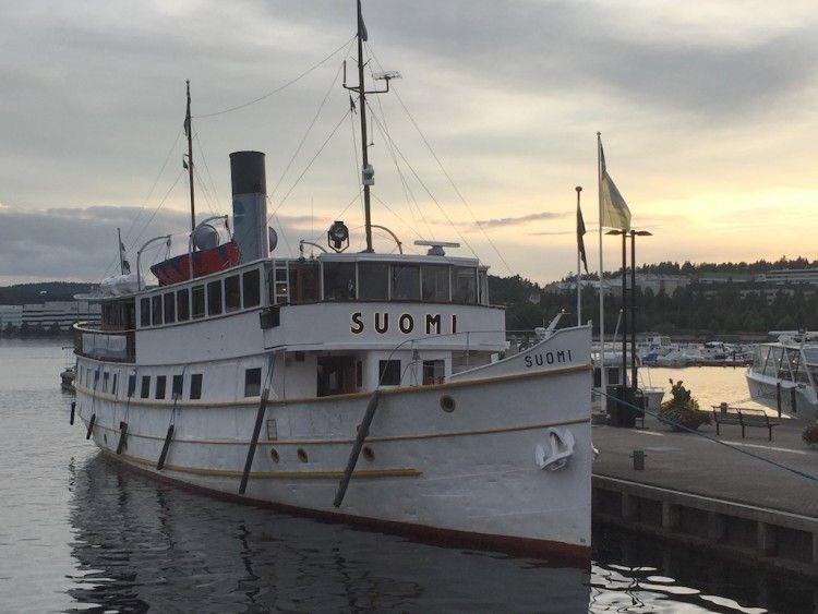 """El pequeño vapor """"Suomi"""", visto por la amura de estribor"""