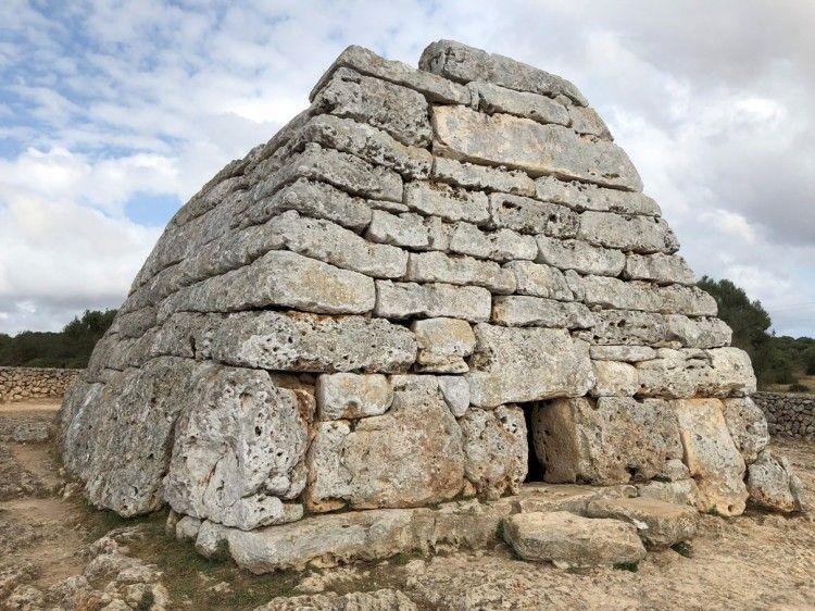 La naveta de Es Tudons es el monumento prehistórico más importante de Menorca