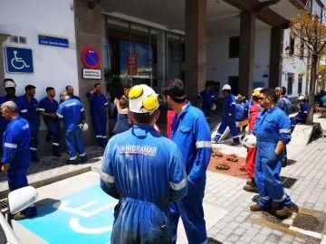 Los trabajadores de Hidramar, en su manifestación ante la Autoridad Portuaria de Las Palmas