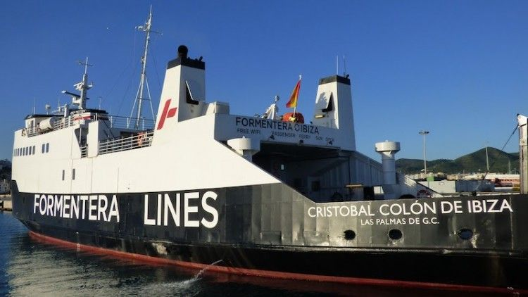 """El buque """"Cristóbal Colón de Ibiza"""", visto por la aleta de babor"""